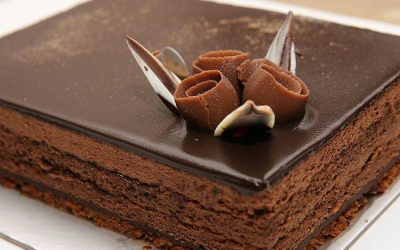 طرز تهیه کیک یخچالی با روکش شکلات